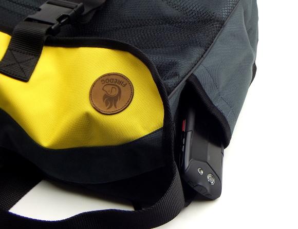 ベルクロ付サイドポケット(財布やスマホ用)|FIREDOG ダミーバッグ Profi(愛犬とのお出かけ/お散歩用ショルダーバッグ)